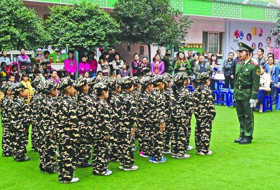 温江一幼儿园,一名武警战士正给孩子们上课