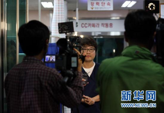 10月16日,在韩国全罗南道木浦市,抢救死亡中国渔民的韩国医生在向媒体介绍渔民的死亡原因。新华社发