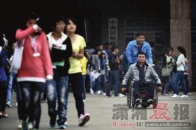 大学生背残疾同学上学 八年如一日风雨无阻