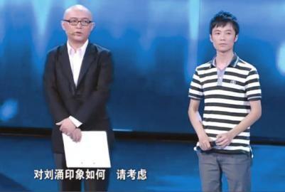 """""""福彩哥""""(右)正在参加节目。(图片来自视频截图)"""
