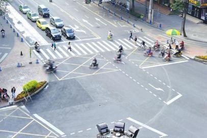 10月30日,成都一环路新鸿路路口行人非机动车机动车分别设立信号灯各行其道。