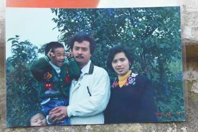 龙龙与亲生父母的合影。图由受访者提供