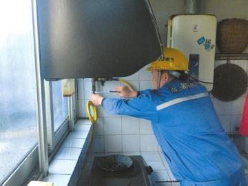 11月7日,成都燃气公司工作人员为低保户免费更换燃气软管。