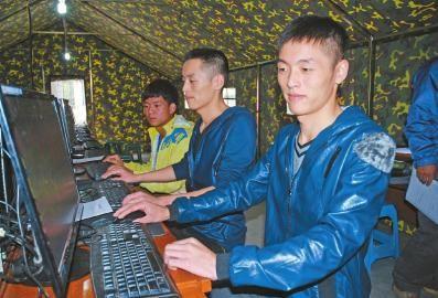 伏黎(右一)与哥哥伏淋(中)正进行心理测试