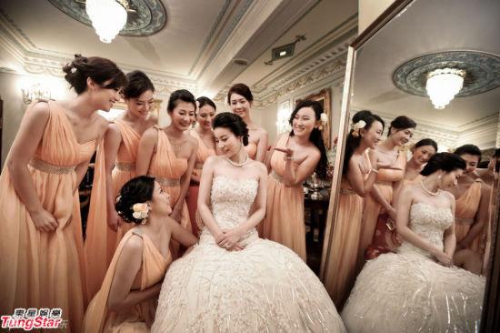 伴娘簇拥下闪钻婚纱美丽动人的新娘郭晶晶