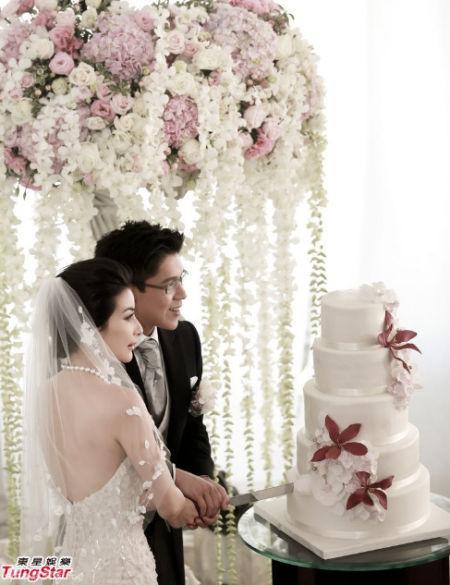 郭晶晶头披梦幻白纱与霍启刚十指交握切蛋糕
