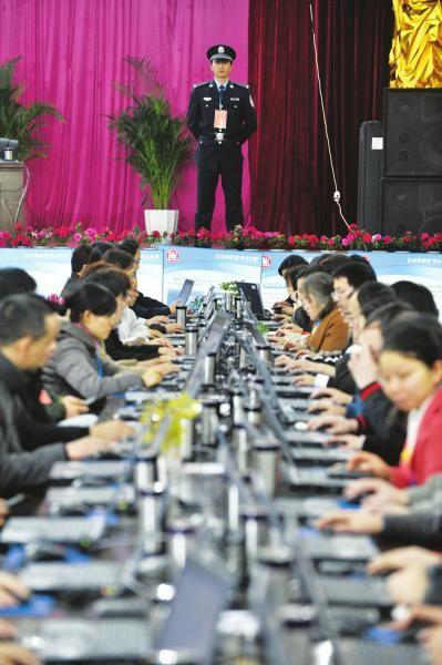 11月19日,评卷老师们的一举一动都在安保人员的视线范围之内。