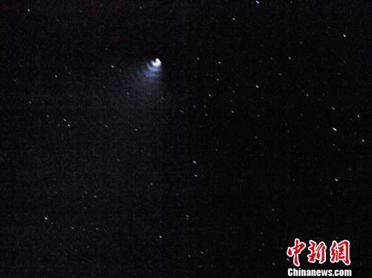 李锋在四川省阿坝州若尔盖县向东牧场拍摄, 拍摄时间:2012年11月11日凌晨6点12分11秒,曝光1秒(王思潮供图)