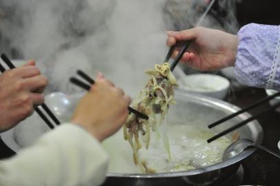 根据规定,以二氧化钛为主要成分的增白剂,不能添加进肉类食品中。制图李潇雪