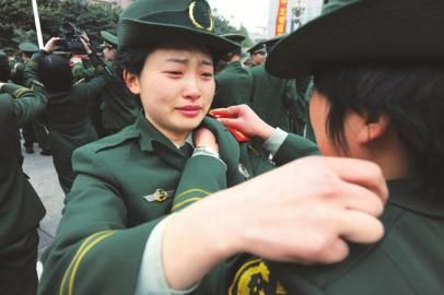 驻川武警退伍 女兵哭成泪人