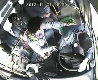 公交车上的视频监控拍下了高洪明在行车时突发脑溢血,右半身几乎瘫痪,强忍痛苦靠边停车救下乘客的过程。