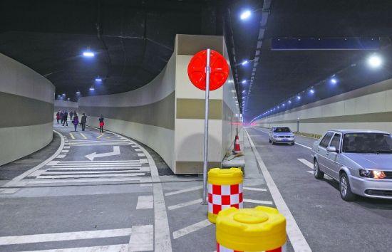 从东客站地下停车场驶出后,通过支线通道驶上锦绣大道下穿