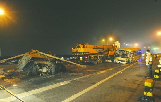 成都机场高速 中巴追尾三轮致一人死亡