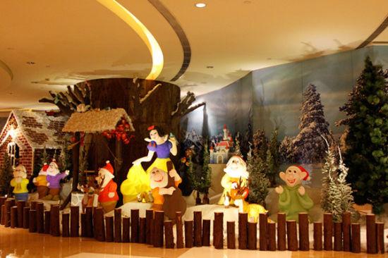 12月3日晚,成都香格里拉大酒店在一楼大堂举行一年一度的圣诞亮灯仪式,当晚仪式现场呈现出梦幻的童话场景,白雪公主和七个小矮人站在白雪皑皑的森林中送上欢悦和祝福,圣诞姜饼屋和欧式壁炉相互辉映,勾勒出温暖的节日气息,酒店驻场的美国爵士乐歌手Bill Wesley现场献唱,用充满磁性的嗓音演绎动人旋律。20多个来自成都伊顿国际幼儿园的孩子们组成的的儿童圣诞唱诗班,在Mooneys 国际乐队的钢琴伴奏下,用纯真的童音唱起圣诞颂歌。酒店国际厨师团队带来的火鸡、火腿、树根蛋糕、热红酒等圣诞美食和特饮,还有圣诞老人