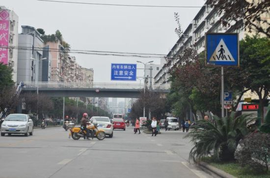 在南充街头,行人横穿马路时有发生,行走天桥者寥寥无几。