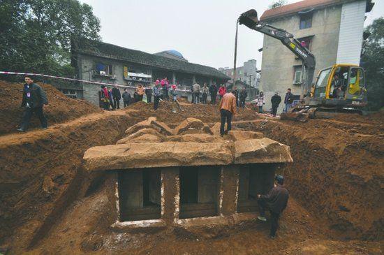 宜宾市翠屏区文物管理部门对古墓进行清理