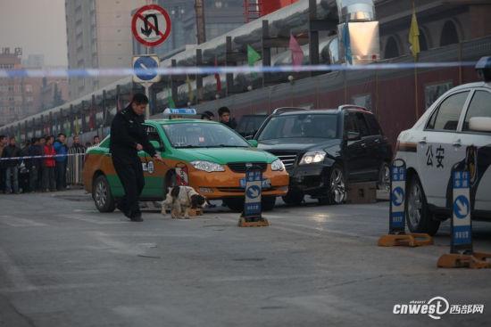 犯罪嫌疑人所开的奔驰越野车被出租车逼停,警察正在现场取证。
