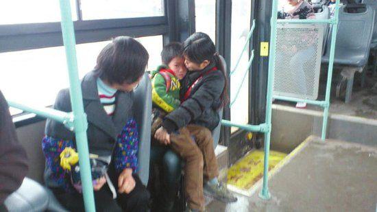 刘英紧紧抱着被吓坏了的昊昊