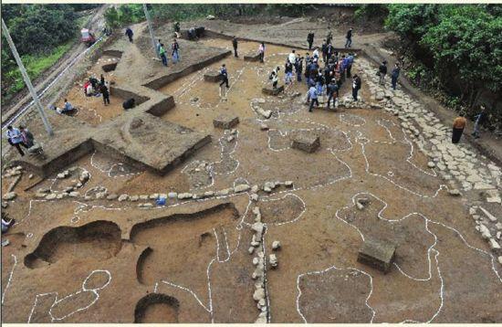 2011年10月26日,向家坝水电站淹没区,专家在发掘现场进行考察,这是明清时期的一段街道遗址。
