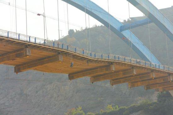 12月11日,养护工人对大桥塌陷部位进行检查(圈内)
