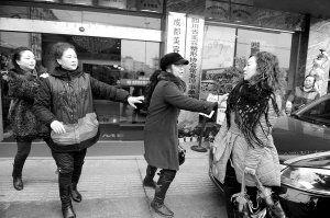 整形医院门口,三位老太太与一30岁左右女子起争执