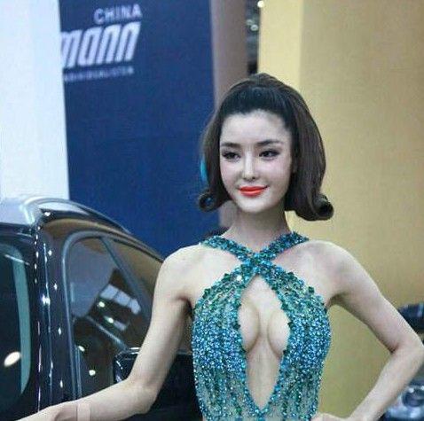 车模李颖芝穿钻石小短裙亮相长沙车展