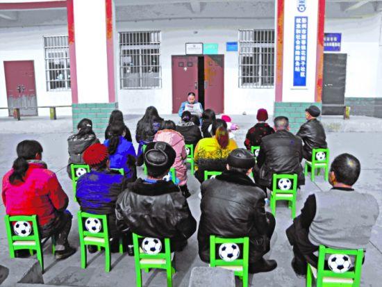丽春镇花街子社区,党员干部认真学习十八大精神 图由陈光余提供
