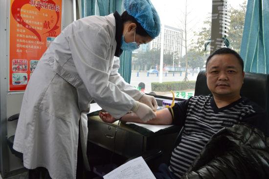 绵阳东风南方总经理涂绍兵带头参与献血活动