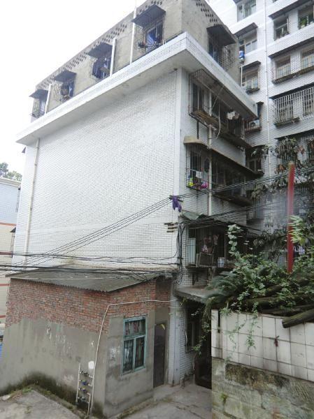 事发地点位于该楼顶楼。