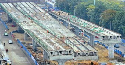 19日,成都市新希望路口二环路快速公交通道落地。