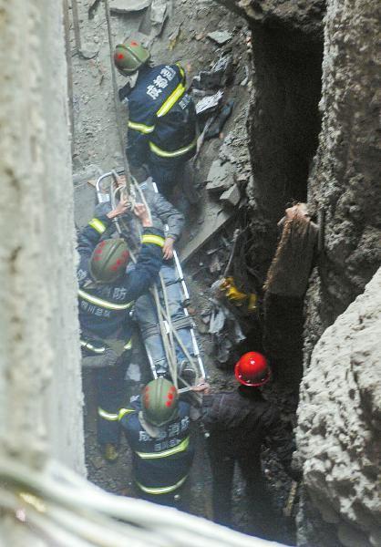 19日,成都市青羊上街一工地内小偷跌进深坑被救起。