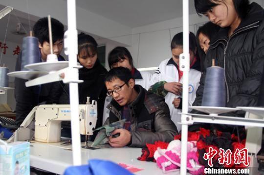 王大军向学生传授服装专业知识。 陆永忠 摄