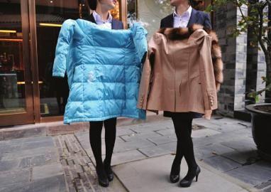 12月21日,小夏和小张展示自己被划烂的羽绒服和皮衣