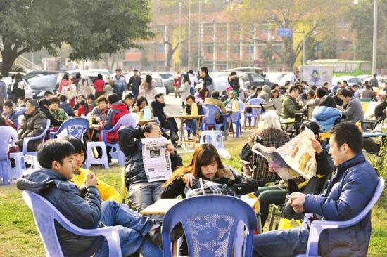 12月22日,晒太阳的市民打拥堂。