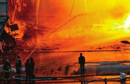 12月23日下午,新都天旭仓储配送中心发生大火,消防紧急扑救。