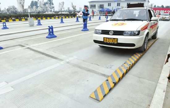 12月25日,学员在路政考场练习通过单边桥。