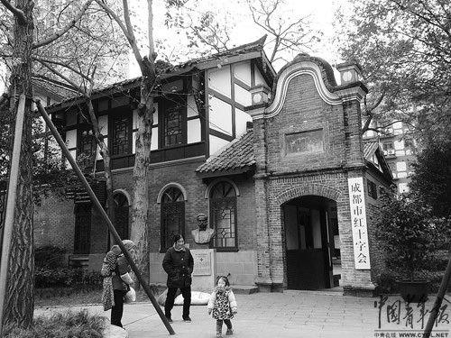 成都市红十字会,门口立着国际红十字运动创始人简·亨利·杜南的雕塑。