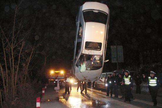内江轿车驶出弯道冲进水库 车内一男一女遇难