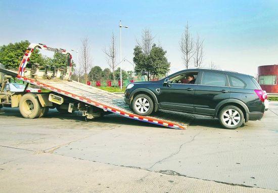 昨日,绕城高速,一辆牌照过期、也没年审的车被拖走