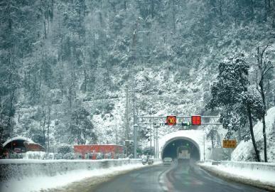 白雪覆盖的雅西高速泥巴山隧道。张磊摄