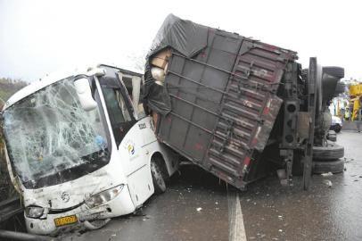 事发现场,货车与大巴相撞。