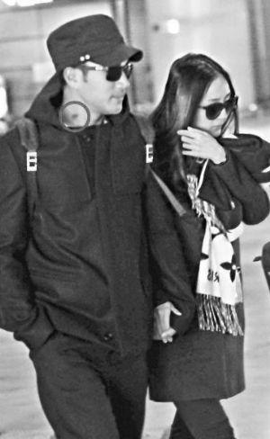 元旦当天,刘恺威(左)与杨幂现身上海虹桥机场,当刘恺威面向杨幂时,他的颈上有疑似吻痕的红印(圆圈处)。