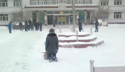 """微博上广为流传的""""雪地下跪讨薪""""照片。"""