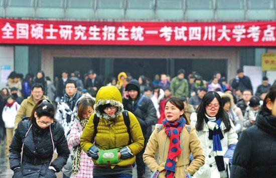 1月5日,全国硕士研究生考试开始。四川大学考点学生出考场。