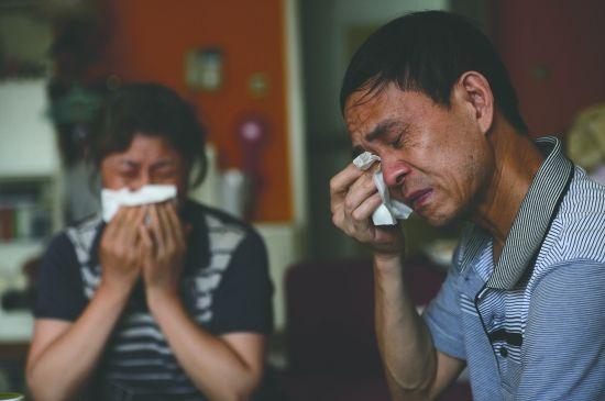 罗洪玲父母提起女儿的婚姻悲剧,忍不住落泪(图据成都商报)