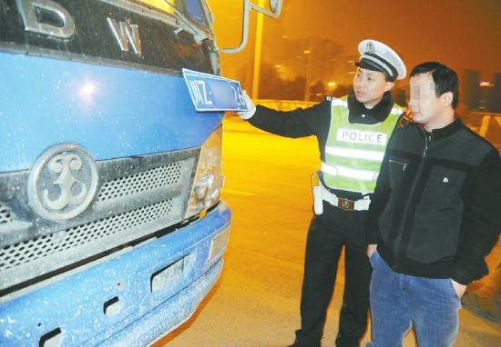 1月6日晚,交警挡获谢师傅驾驶的货车。
