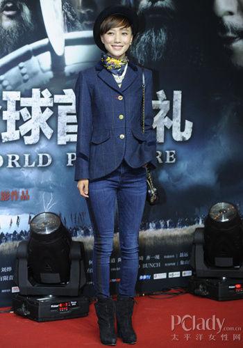 下搭修身的牛仔裤,侧边黑色布料的拼接与西装设计相