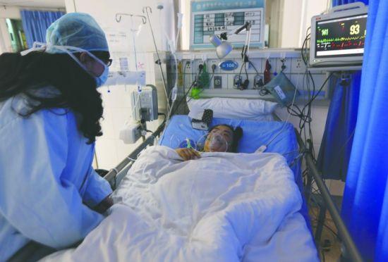 江霜在ICU病房里看望养母 摄影记者 段韵