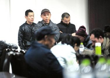 1月8日,彭州殡仪馆。没能见到亲人最后一面,雷太家属悲伤难过。