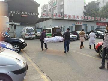 出租车司机等绿灯车上猝死